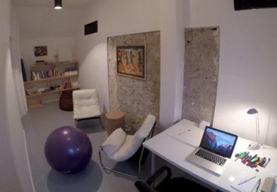 stylowy gabinet terapeutyczny na wynajem na godziny warszawa, dwa fotele, puf, Piłka do AKTYWNEGO siedzenia, biurko, regał