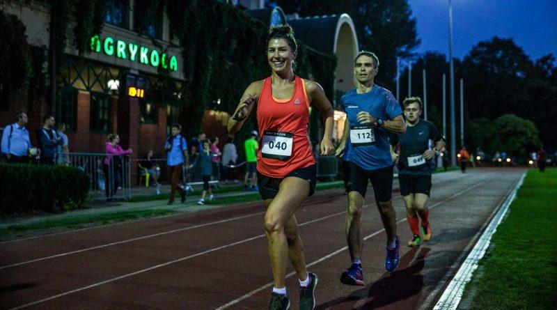 Trzech biegaczy na biezni, jogging