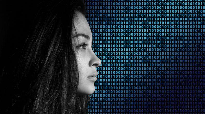 twarz kobiety na tle kodu binarnego
