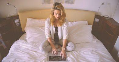 kobieta z laptopem na łóżku