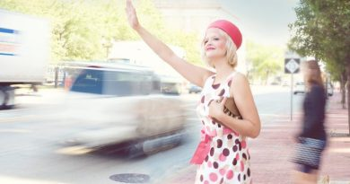 kobieta zatrzymująca taksówkę