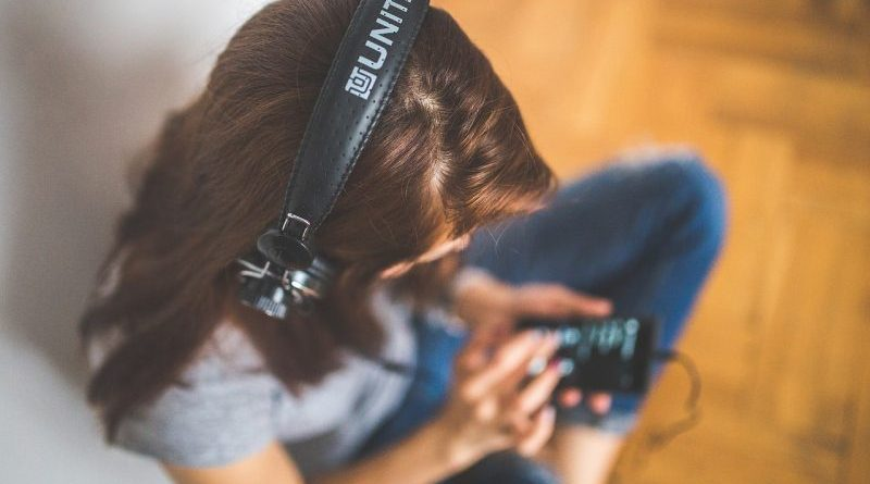 dziewczyna słuchająca na słuchawkach