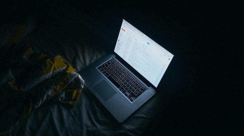 laptop z otwartym gmailem