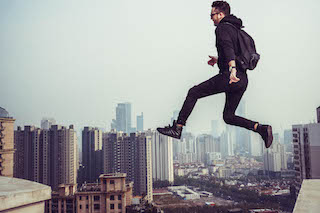 męzczyzna skaczacy miedzy budynkami