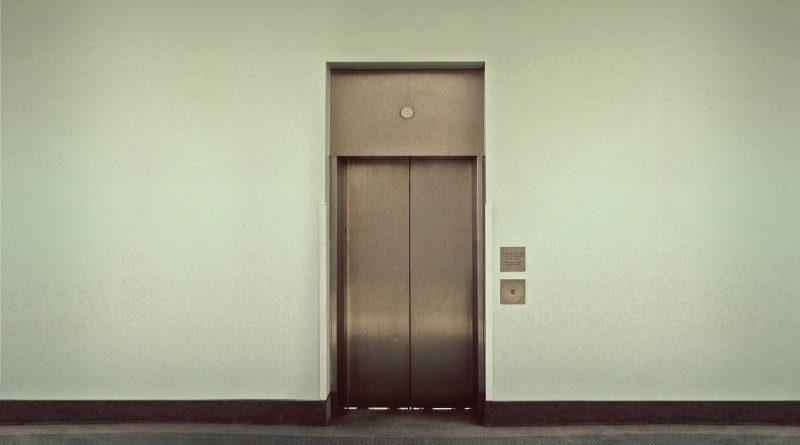 srebrna winda na tle białej ściany