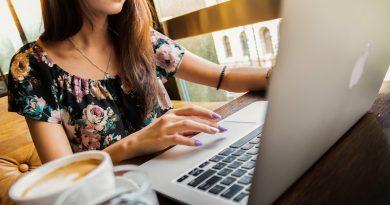 kobieta pracująca na macbooku