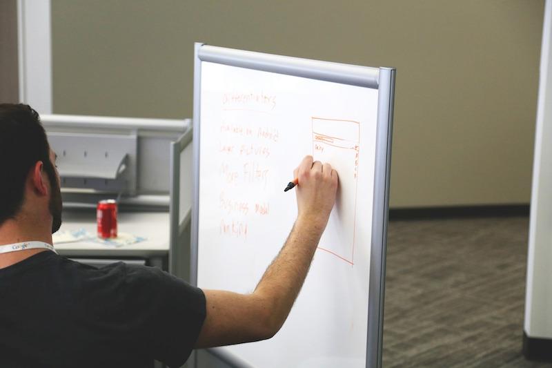 człowiek planujący na tablicy