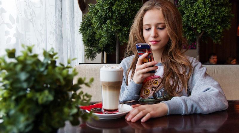 dziewczyna ze smarphonem w kawiarnii
