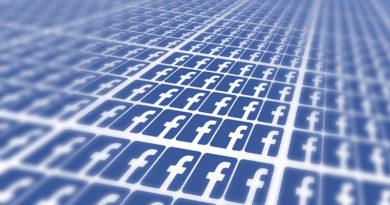 znaczki facebooka ustawione jeden pod drugim widziane pod skosem w prawa strone