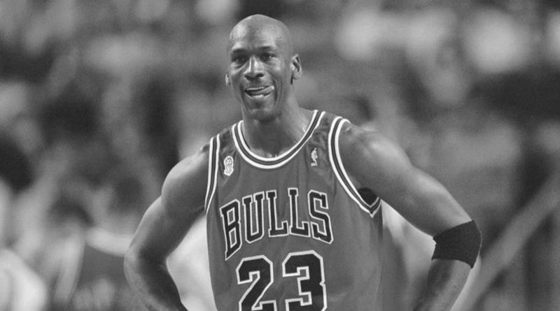 michael jordan w koszulce chicago bulls.
