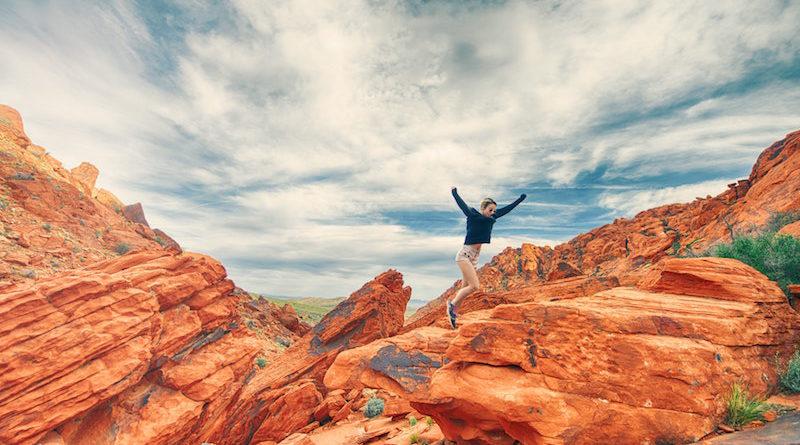 dziewczyna skacząca w górach
