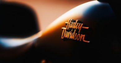 logo na motorze harley davidson
