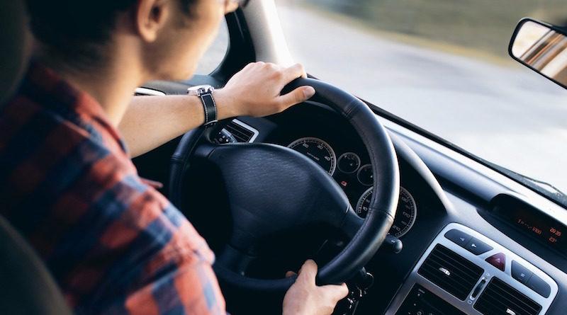 chłopak prowadzący auto