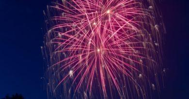 czerwone fajerwerki strzelające na sylwestra