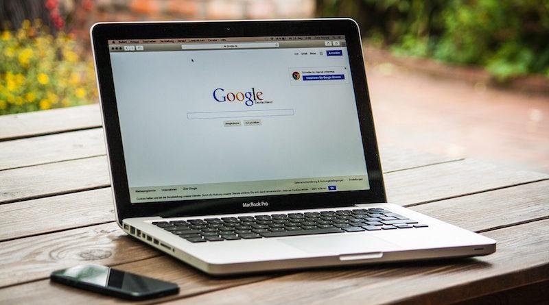macbook z odpaloną wyszukiwarką Google.