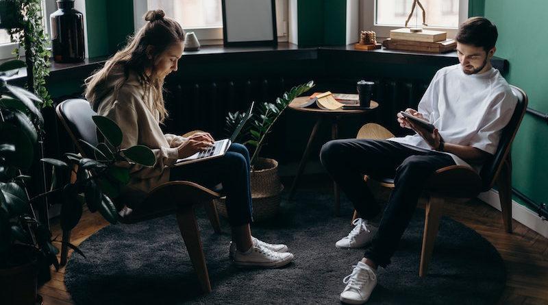 dwoje produktywnych ludzi pracujących na swoich tabletach.