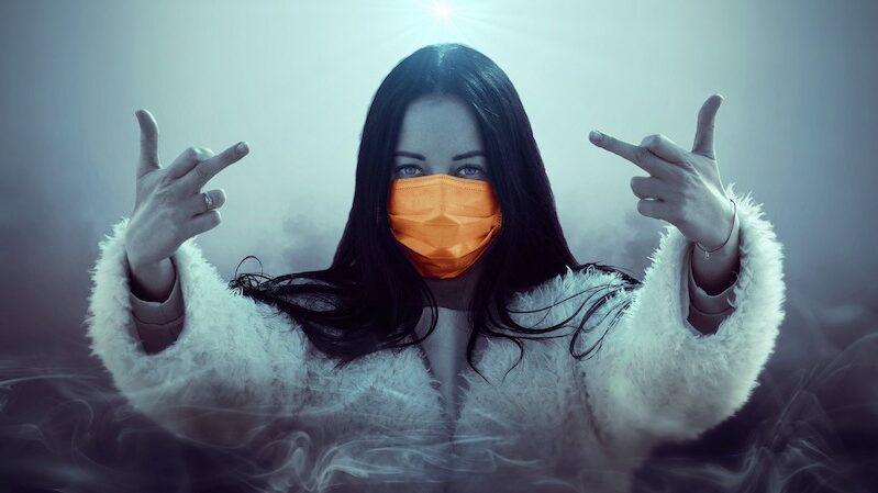 kobieta w maseczce pokazująca środkowe palce.