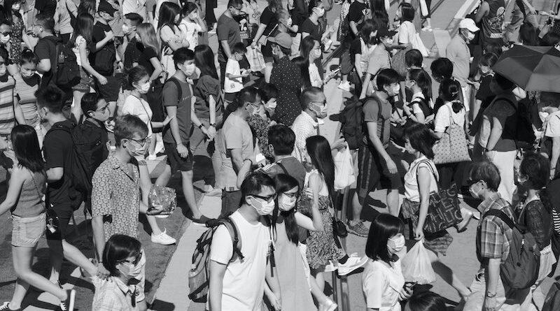tłum noszący maseczki ochronne